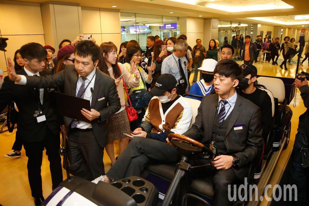 韓團「FTISLAND」中午抵台,成員一走下飛機,有超過50名粉絲們立刻包圍,還...