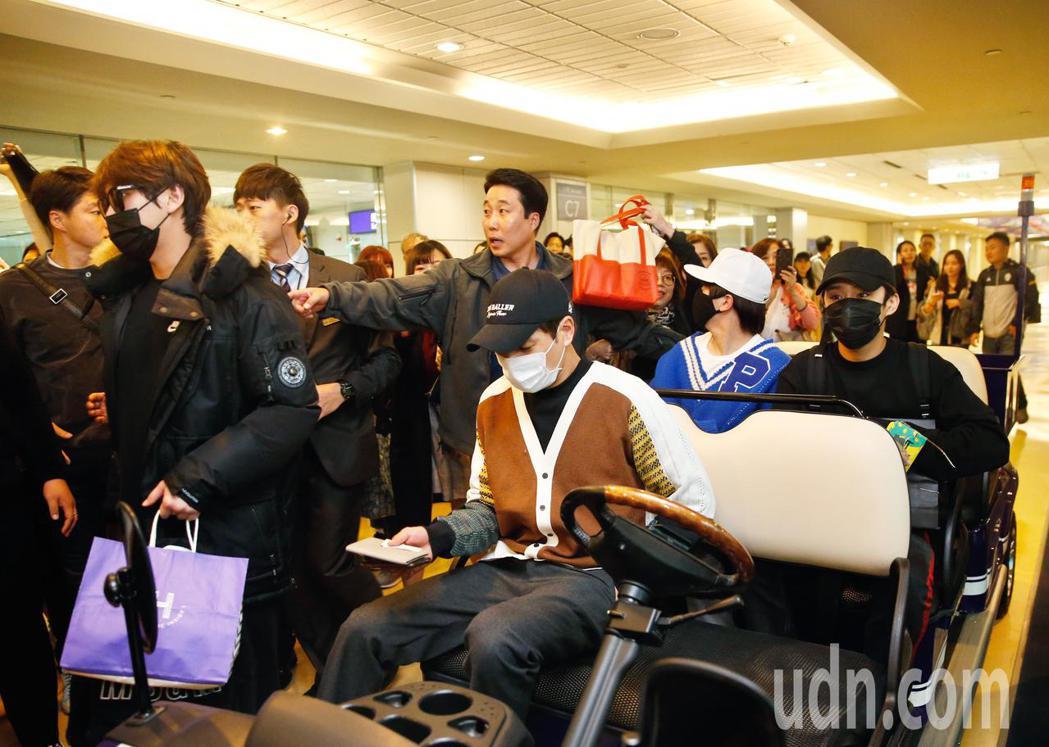 韓團「FTISLAND」中午抵台,成員一走下飛機,有超過50名粉絲們立刻包圍。記...