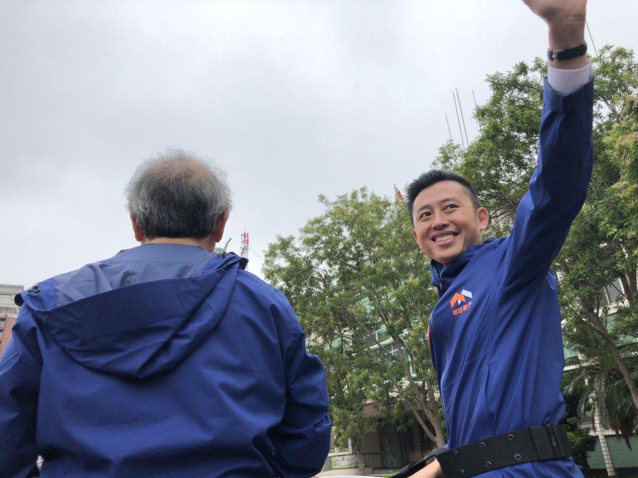 林智堅(右)啟動首場車隊掃街,橫跨東區、北區、南區拜票。圖/林智堅競選團隊提供