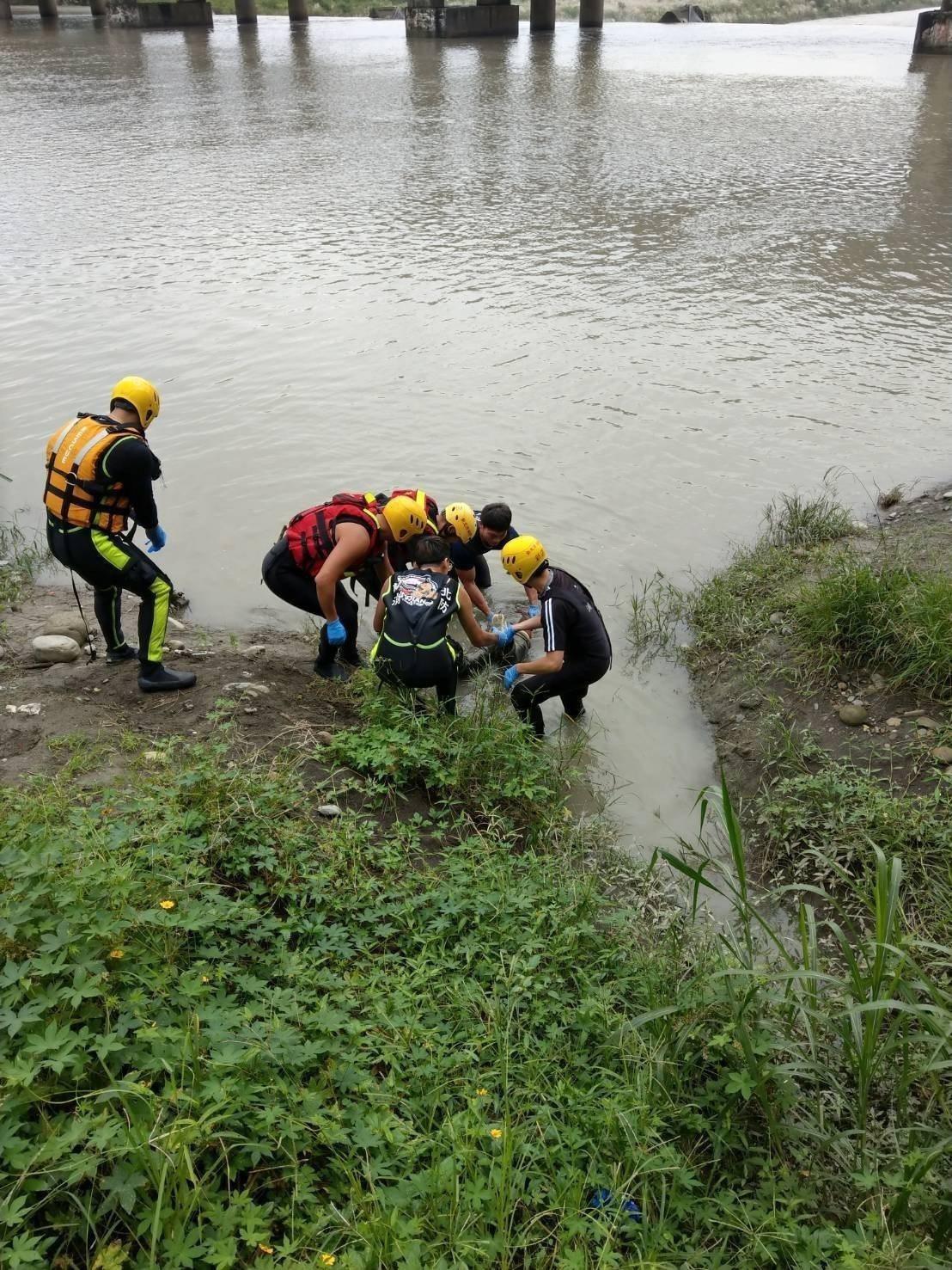 新北市有釣客在新店區碧潭大橋下釣魚,發現橋下疑似有一具浮屍,經消防人員下船艇打撈...