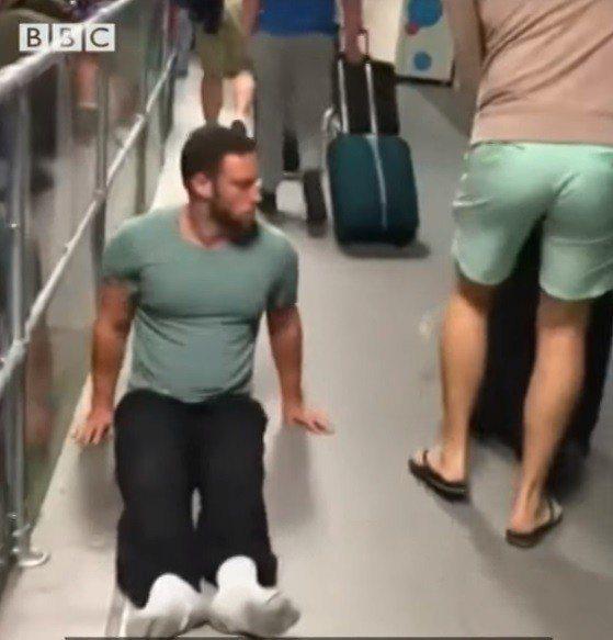 英國殘障運動員列文2017年到倫敦魯頓機場,卻發現輪椅被遺漏,為了自主性他以雙手...