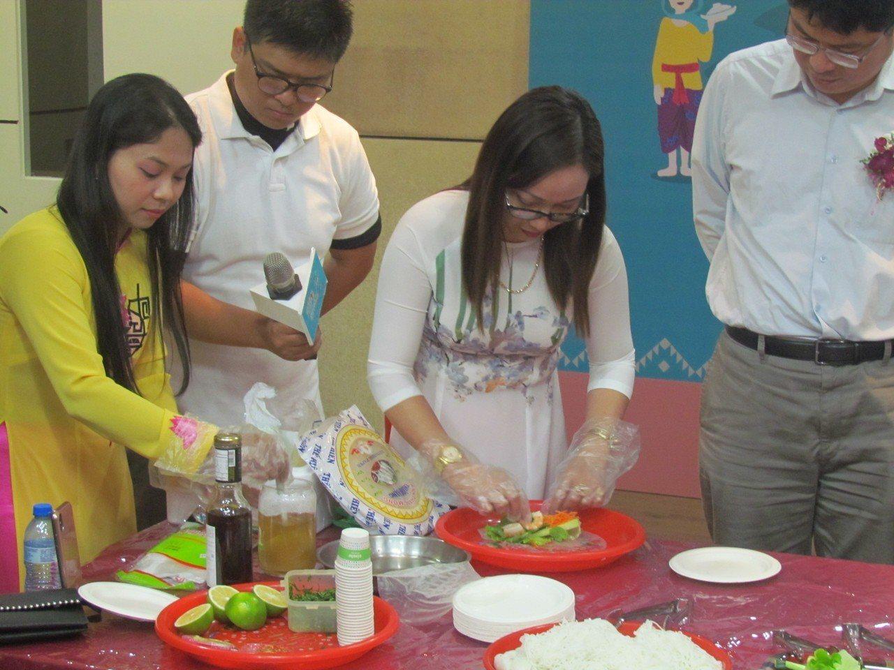 來自越南的新住民今天在記者會中,示範製作越南傳統美食。記者張家樂/攝影