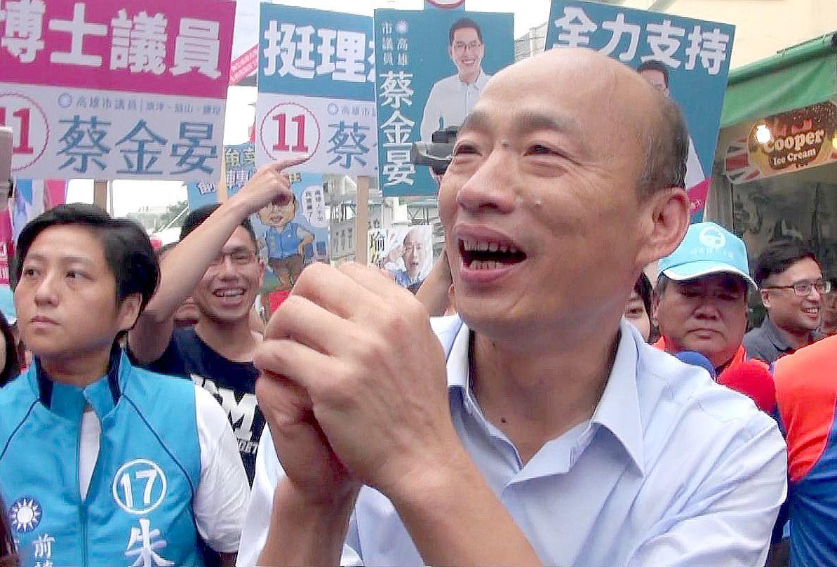 國民黨高雄市長候選人韓國瑜昨天到旗津掃街拜票,受到許多歡迎。聯合報系記者楊濡嘉/...
