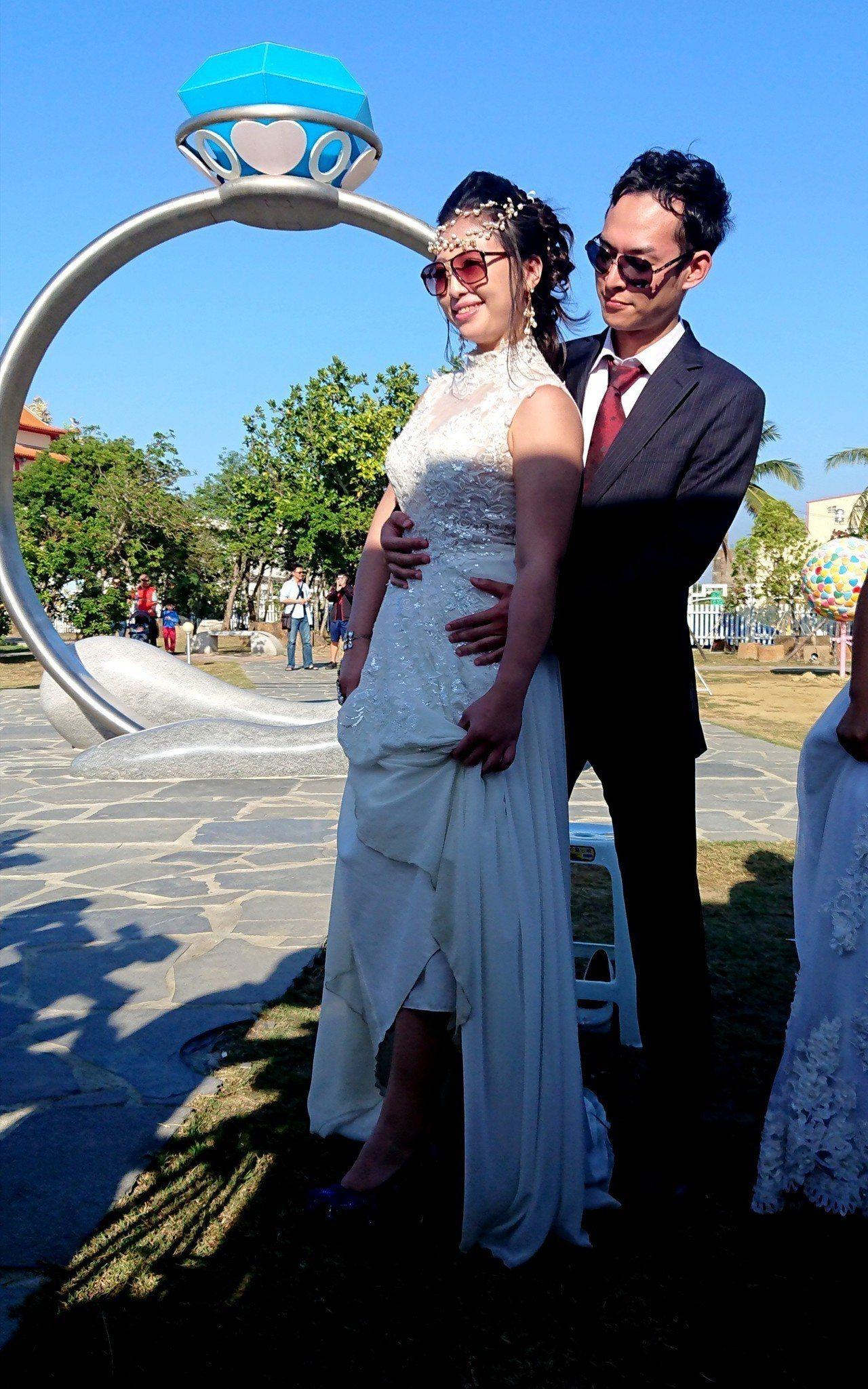 新郎為新娘穿上藍色高跟鞋後合影。記者卜敏正/攝影