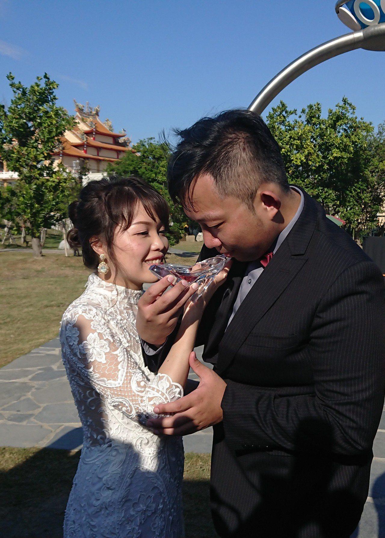 新郎與新娘共飲高跟鞋交杯酒。記者卜敏正/攝影