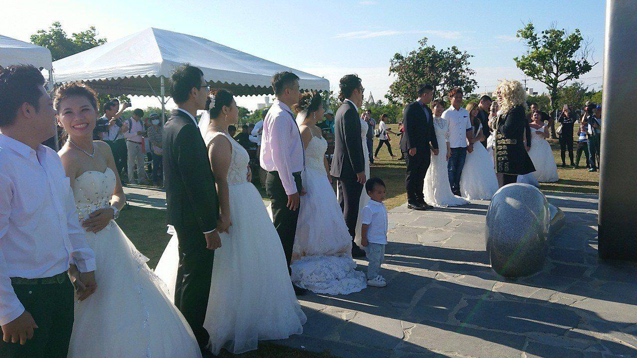 新人在高跟鞋教堂前 舉辦浪漫婚禮。記者卜敏正/攝影