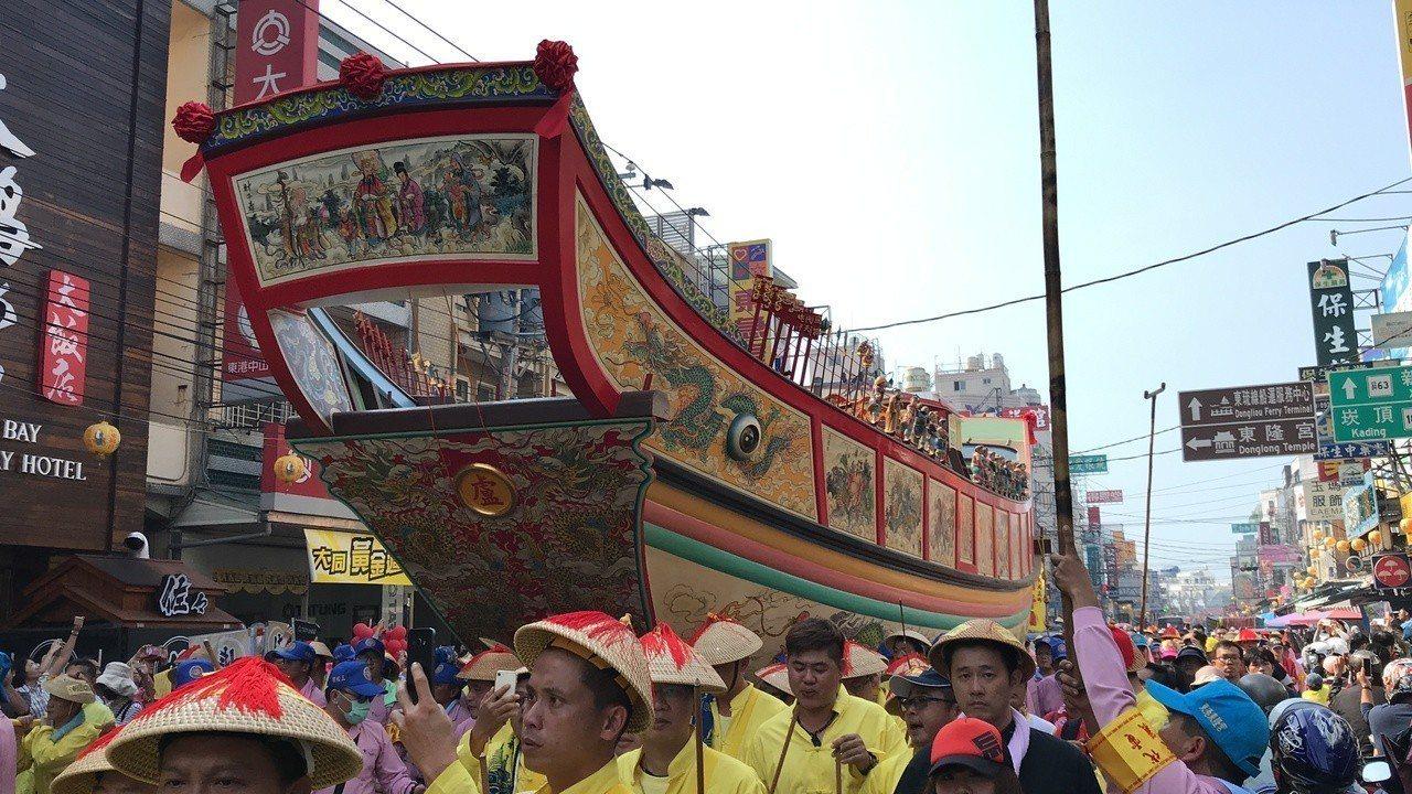 巨大的王船在東港鎮主要街道遶境時,需要將電線撐高才能順利通過。記者蔣繼平/攝影