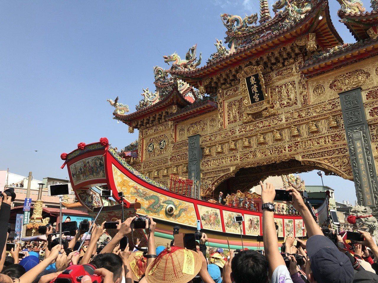 王船下午1點許遷出東隆宮黃金牌樓,吸引許多民眾前往爭相拍攝。記者蔣繼平/攝影
