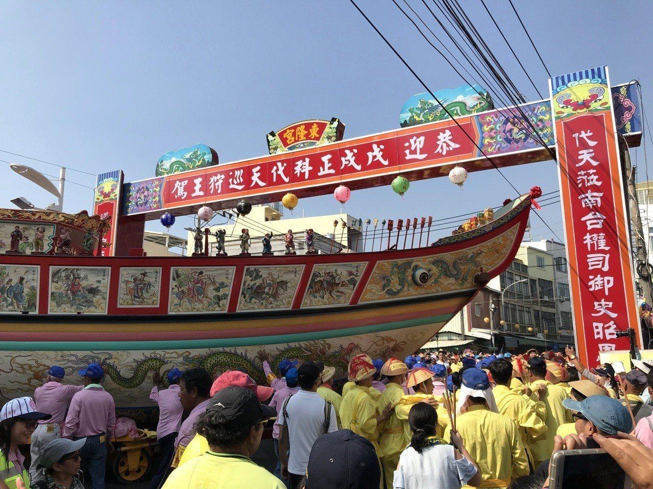 王船要在東港鎮內大街小巷穿梭。記者蔣繼平/攝影