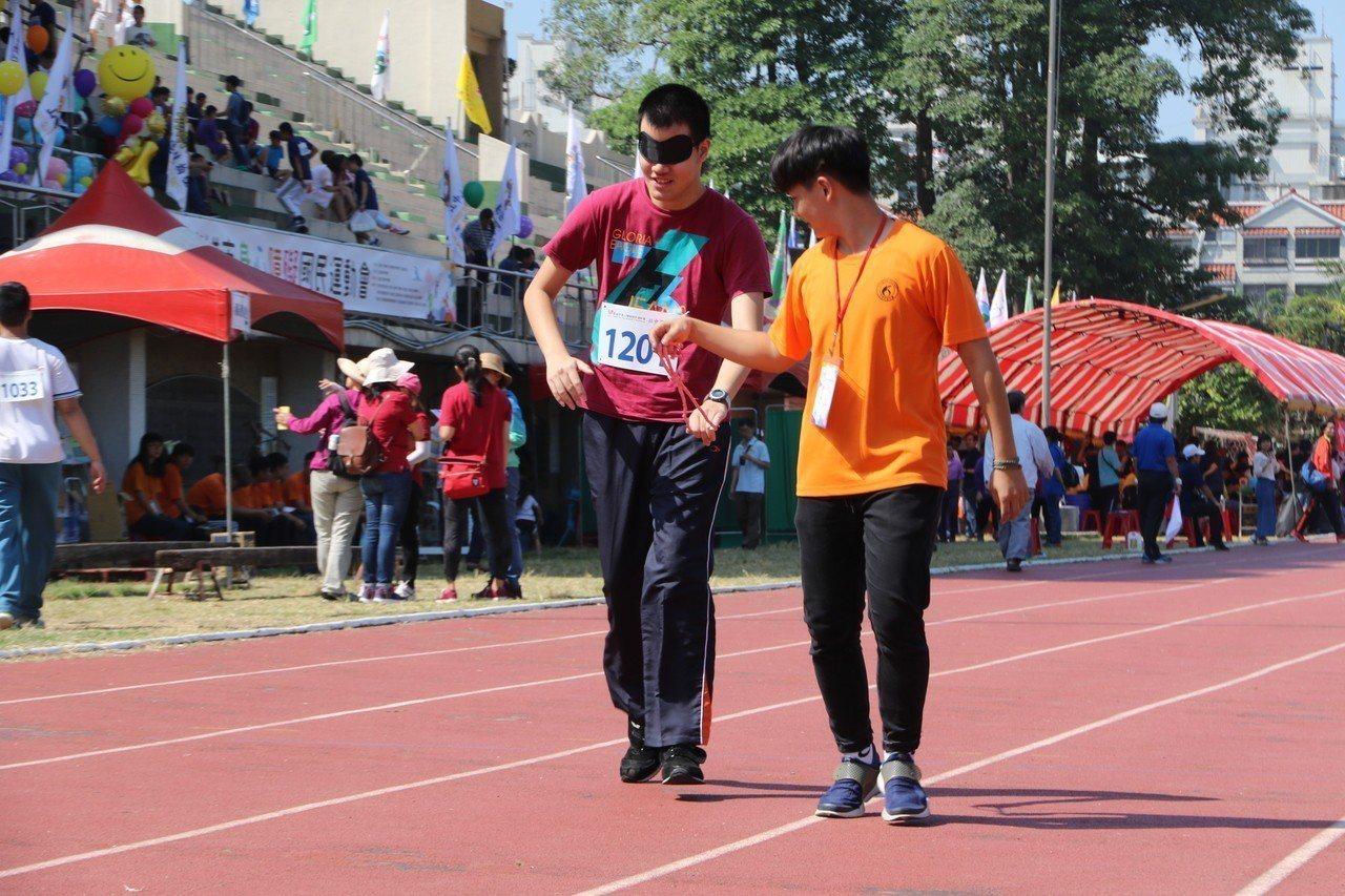 身心障礙選手努力完成比賽,獲得熱烈掌聲。記者徐如宜/攝影