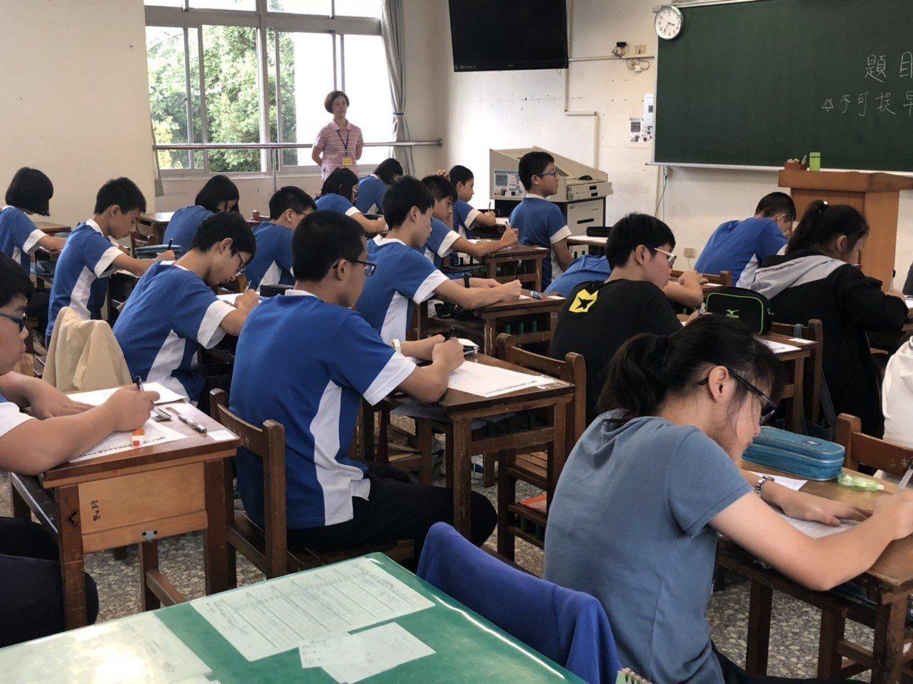聯合盃作文大賽南投區初賽今天在旭光高中和埔里國中舉行,共有1138名學生參賽,測...