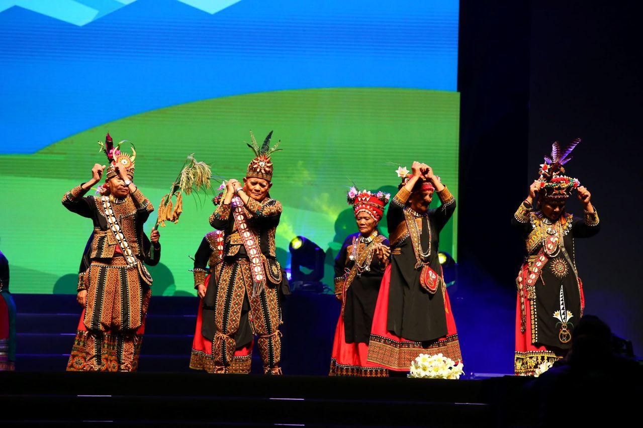 2012年至今,「仙角百老匯」已帶領超過1500名長輩,登上台北小巨蛋舞臺,今年...