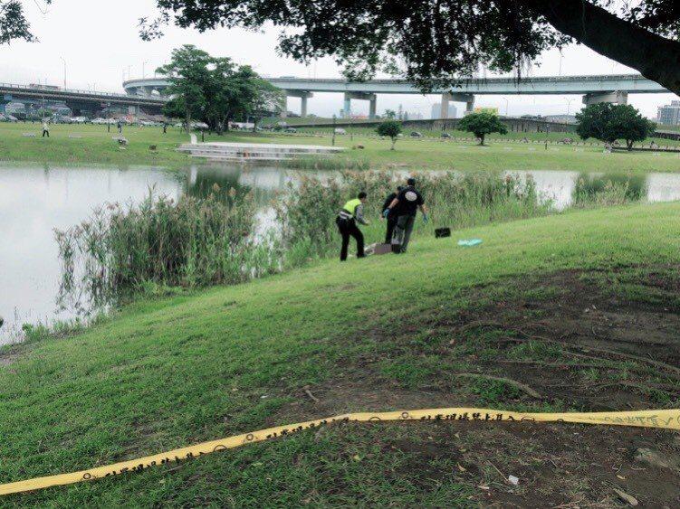 警方在現場採證,並將死者從蘆葦叢中移到岸上。記者巫鴻瑋/翻攝
