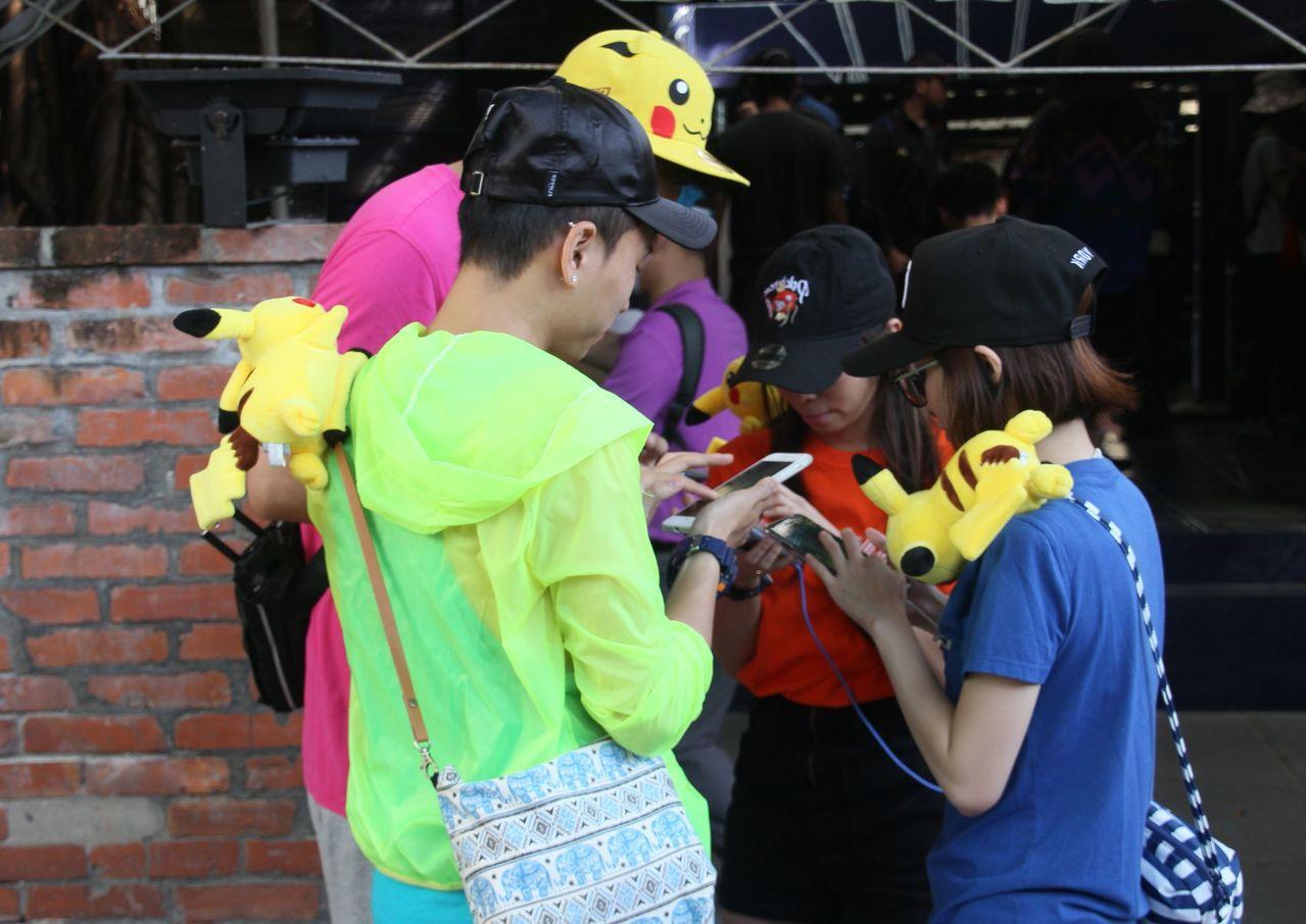 台南市區景點四周不時可見遊客抓寶,人車不時占用路面,員警不斷接獲檢舉必須到場處理...