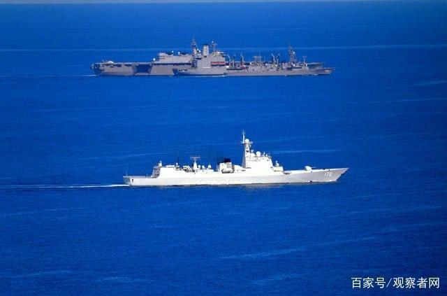 中共海軍「蘭州號」艦在南海與日本艦艇「加賀號」交會。朝日新聞記者從加賀艦載直升機...