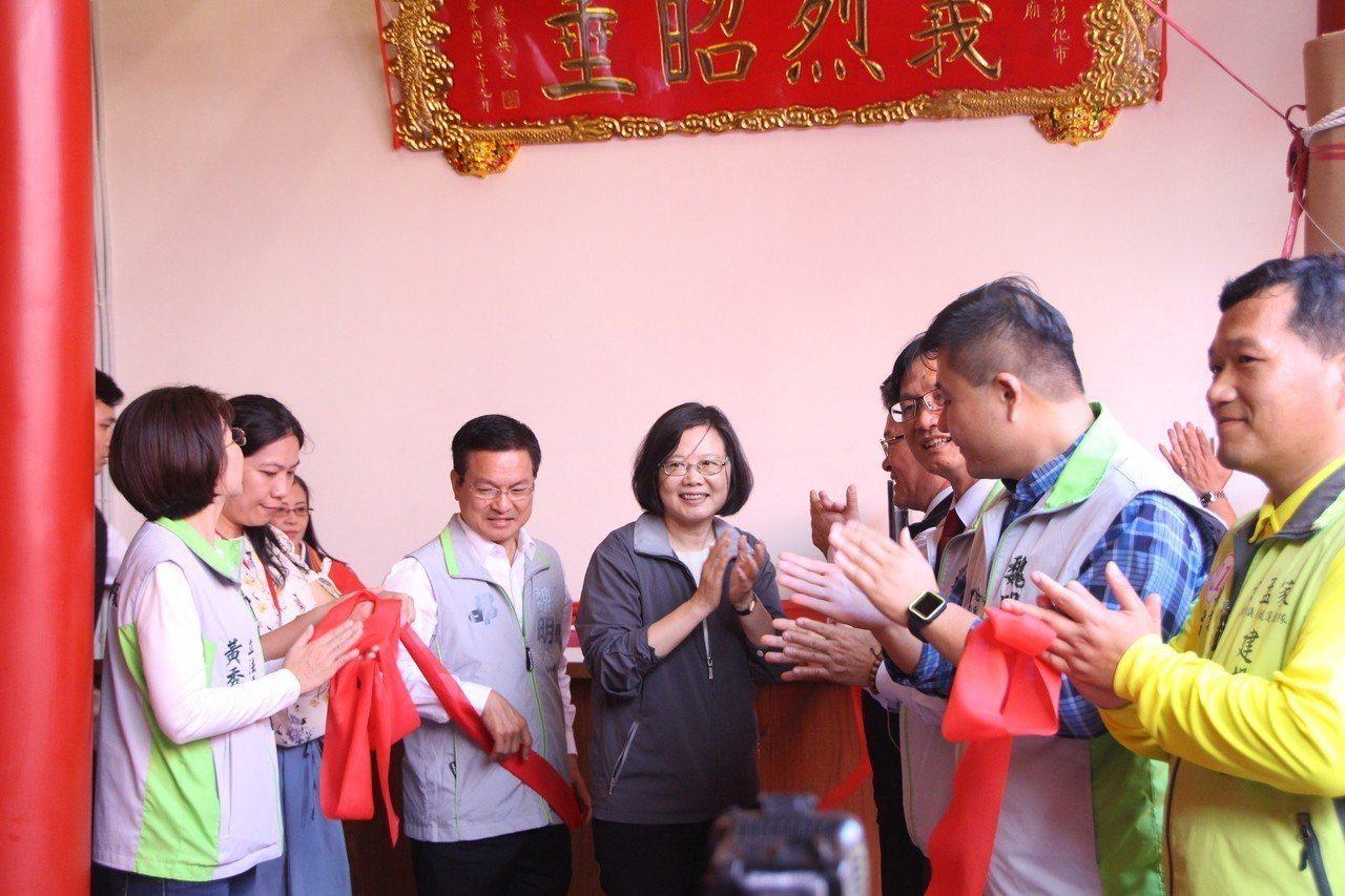 總統蔡英文今天到彰化關帝廟參拜並揭匾致賀。記者林敬家/攝影