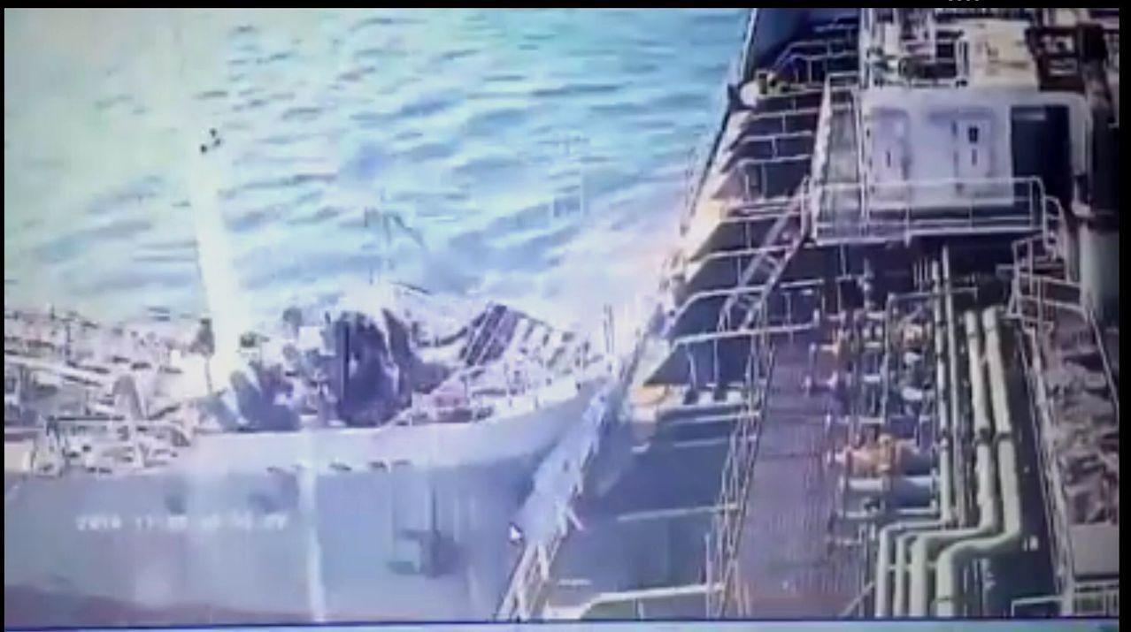 金鑫油輪在高雄港撞上化學空船德運輪的瞬間。圖/擷自臉書「●【爆料公社】●」