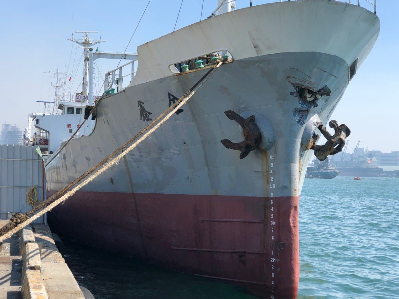 金鑫輪撞船後船艏出現明顯撞痕。記者林保光/翻攝
