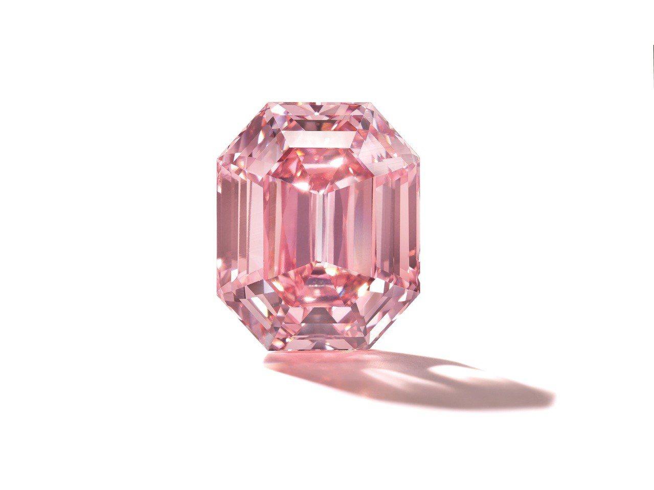 日內瓦秋拍焦點為一枚18.96克拉的巨大鮮彩粉紅鑽,估價約9億1,700萬元。圖...