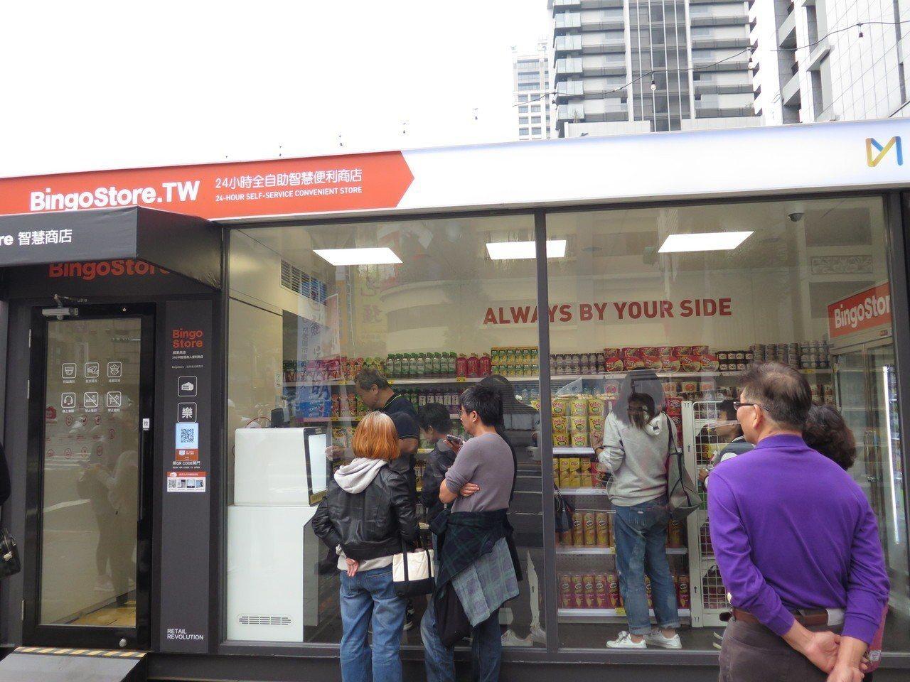進駐桃園貨櫃市集的「BingoStore無人智慧商店」,今天正式對外營業,吸引不...