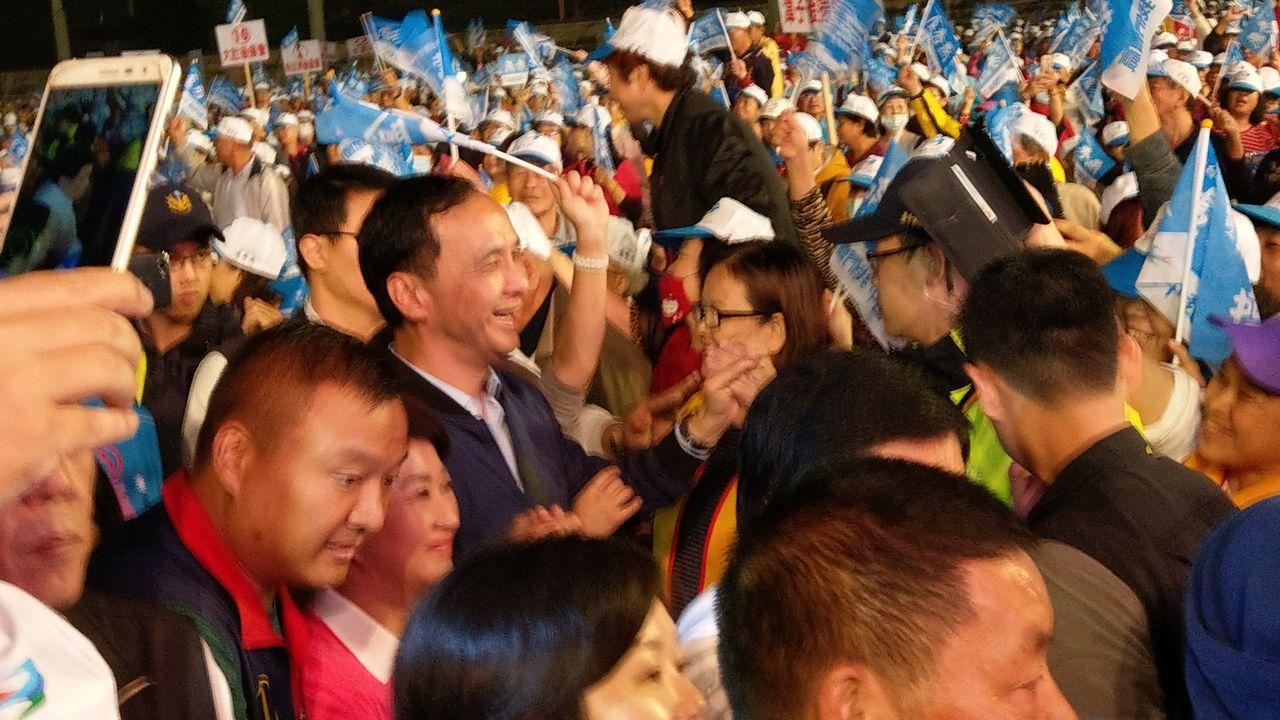 國民黨台中市長候選人盧秀燕前晚在台中市沙鹿區舉辦「台中富市3」大型市政說明會,吸...