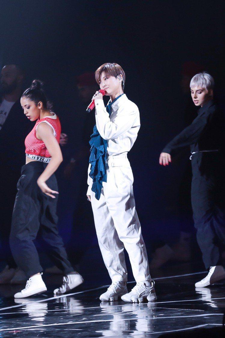 李宇春詮釋GIVENCHY白色褲裝,衣服上寫了她的名字。圖/GIVENCHY提供