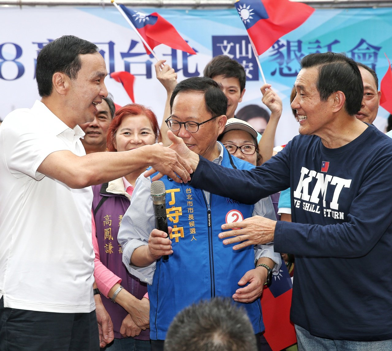 國民黨舉行大安文山區造勢大會,前總統馬英九(右)與新北市長朱立倫(左)一同為台北...