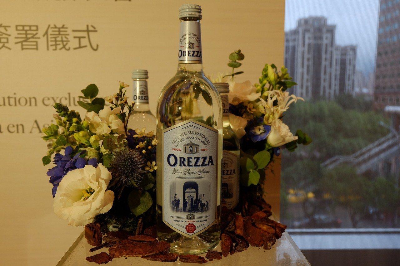 世界頂級氣泡礦泉水OREZZA正式登台,1,000ml零售價400元。記者韓化宇...