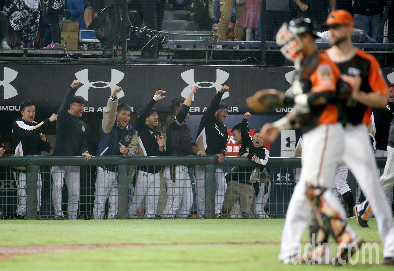 Lamigo桃猿球員得分後在場邊歡呼吶喊。記者余承翰/攝影