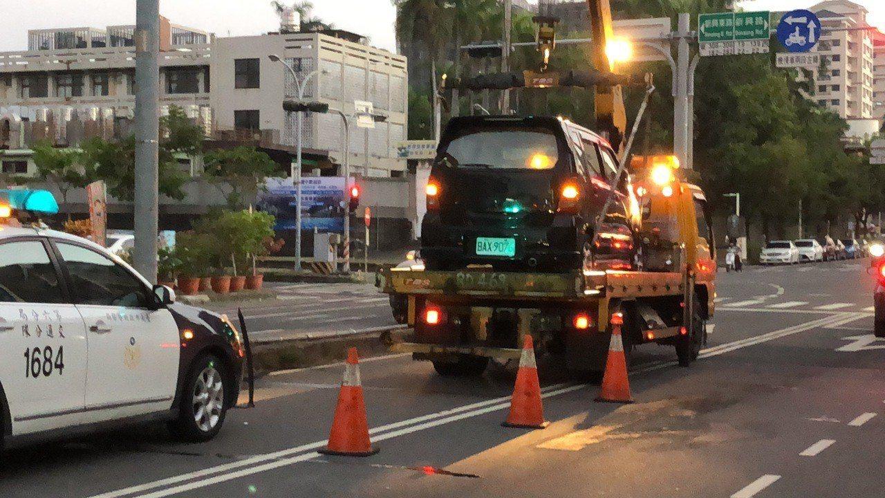 因事故車輛卡在分隔島上,南區西門路南北雙向車道交通受阻,警方調派人車雙向維持交通...