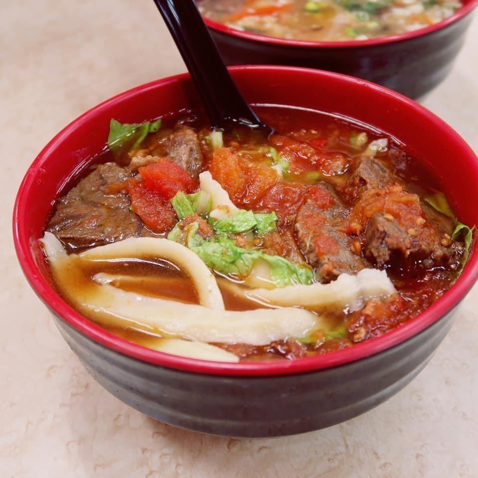 粗肥的刀削麵配上酸甜的蕃茄湯頭,讓四平街蕃茄牛肉麵成為人氣名店。記者陳睿中/攝影