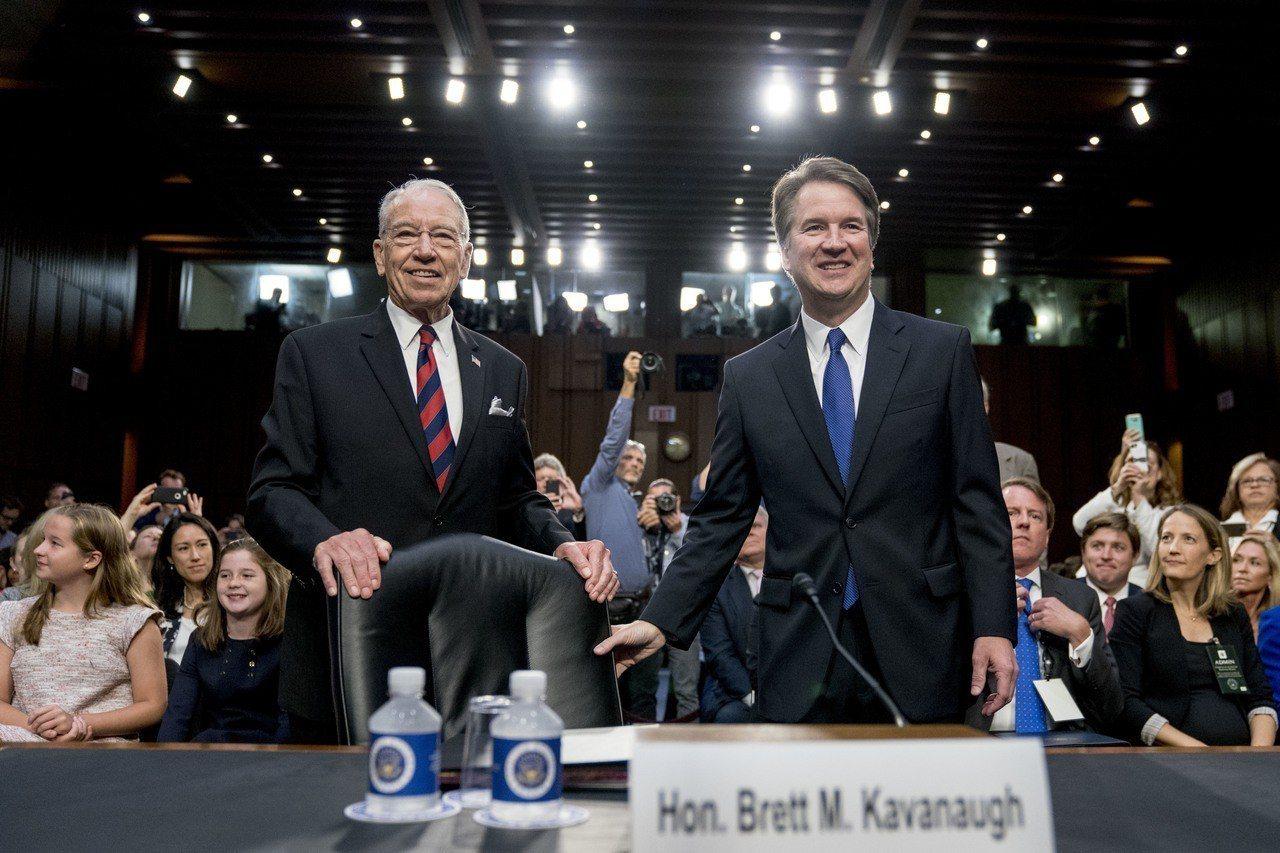 圖左為參議院司法委員會長葛雷思利,圖右為大法官卡瓦諾。(圖/美聯社)