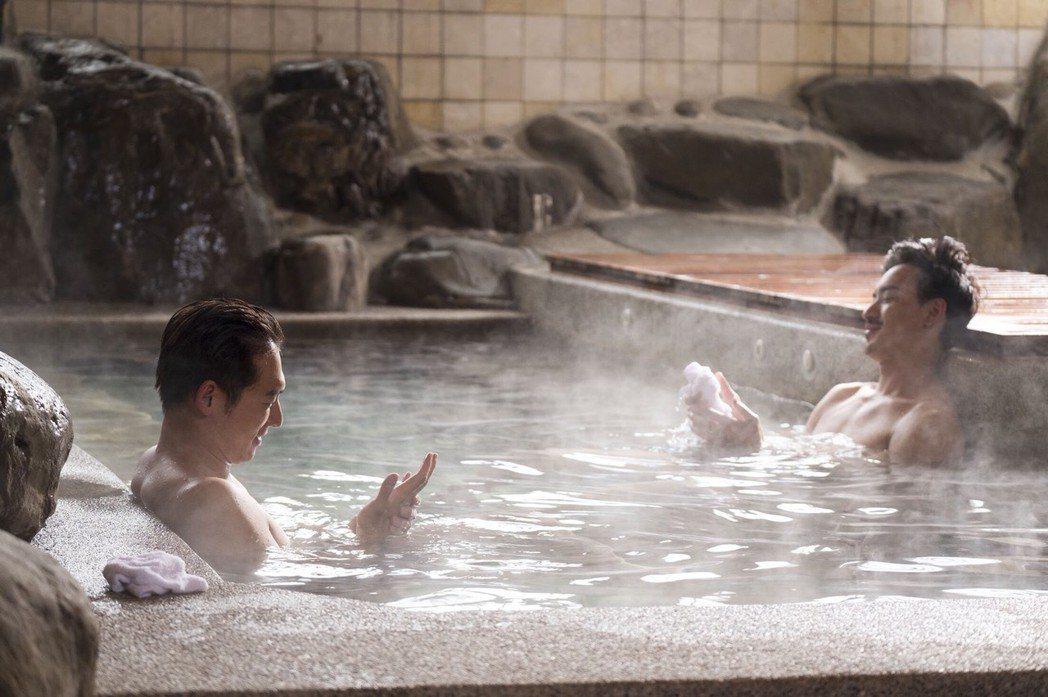 溫昇豪、黃柏鈞在戲中泡湯談生意經。圖/青睞影視提供