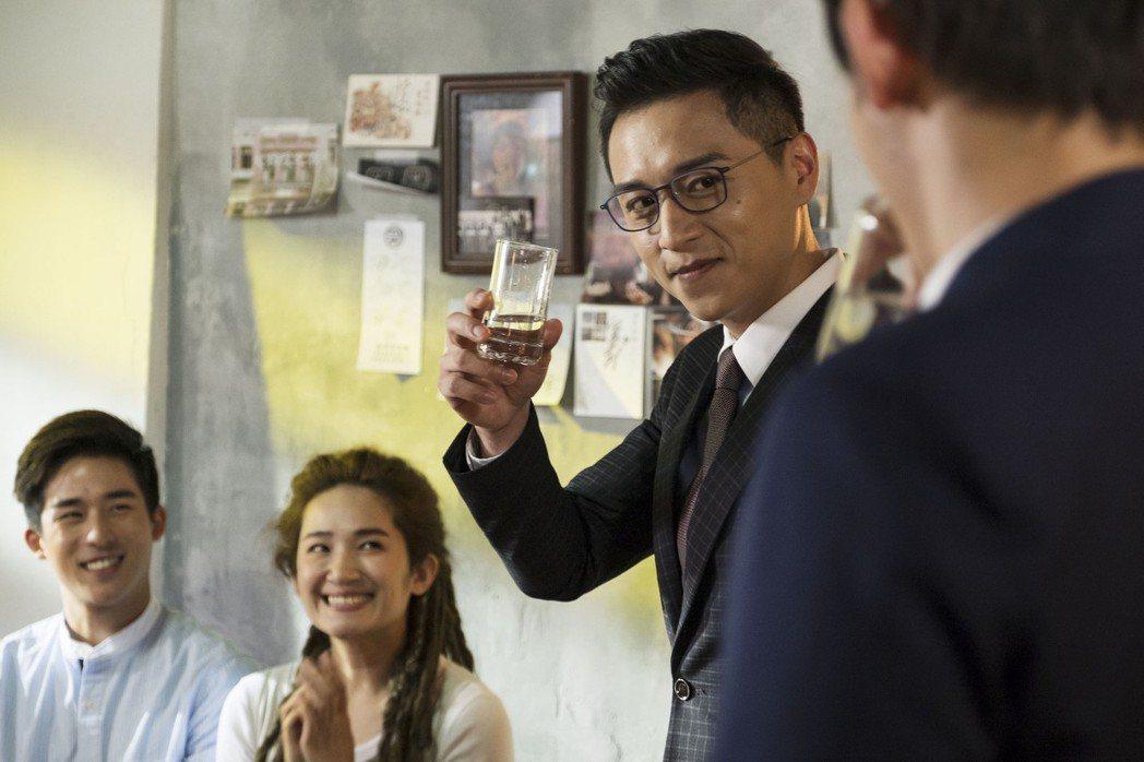 鄭人碩特別演出「雙城故事」。圖/青睞影視提供
