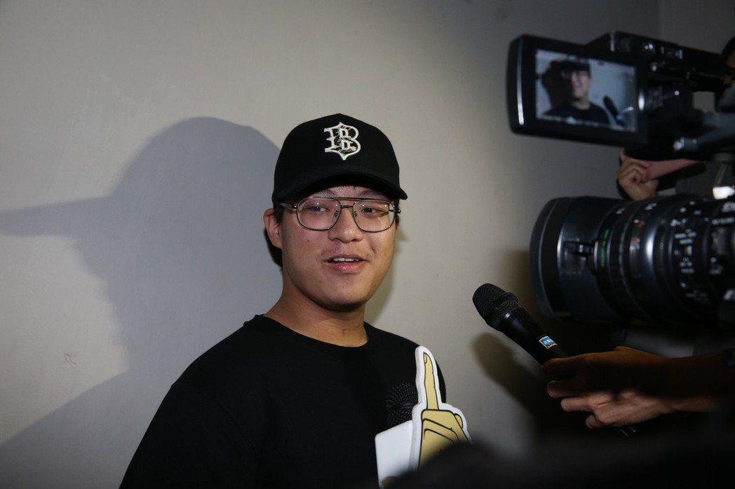 袁惟仁兒子袁義擔任演唱會攝影。記者林俊良/攝影