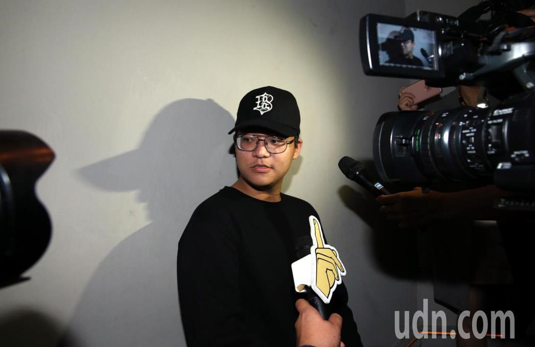 袁惟仁兒子袁義也悄悄現身,他一身黑拿著照相機,表示今天是擔任現場攝影師,媽媽陸元...