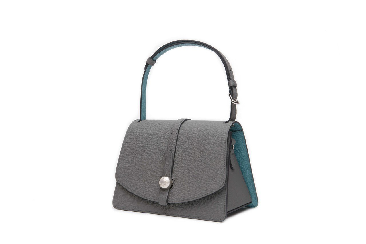 Madeleine石灰色與藍綠色肩背包,售價11萬1,000元。圖/MOYNAT...