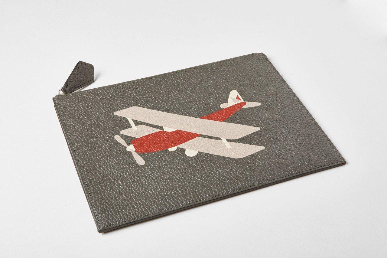 Mosaïque皮革鑲嵌飛機系列小型萬用手拿包,售價32,500元。圖/MOYN...