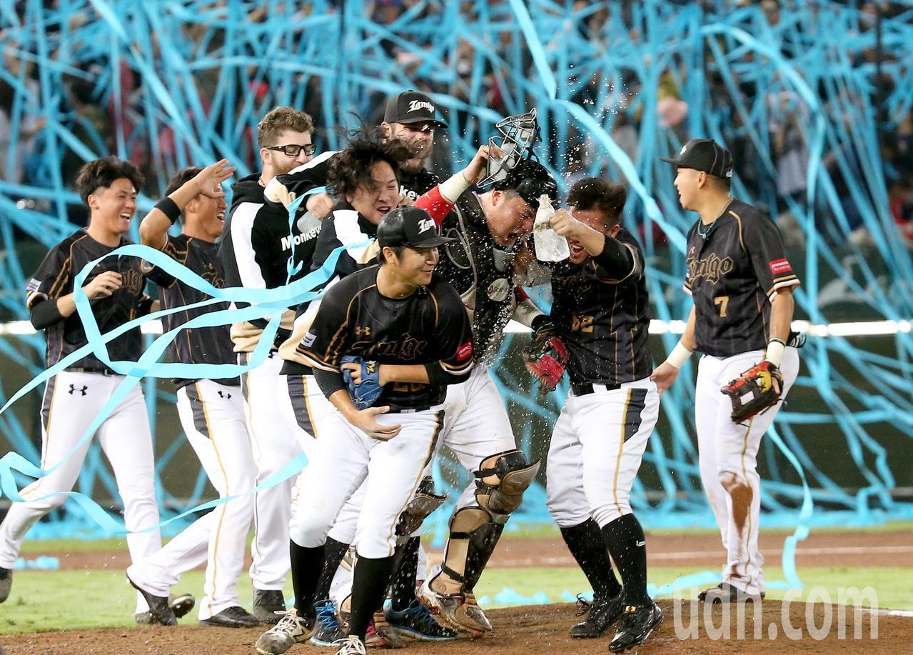Lamigo桃猿完成二連霸,球員衝進場中慶祝。記者余承翰/攝影