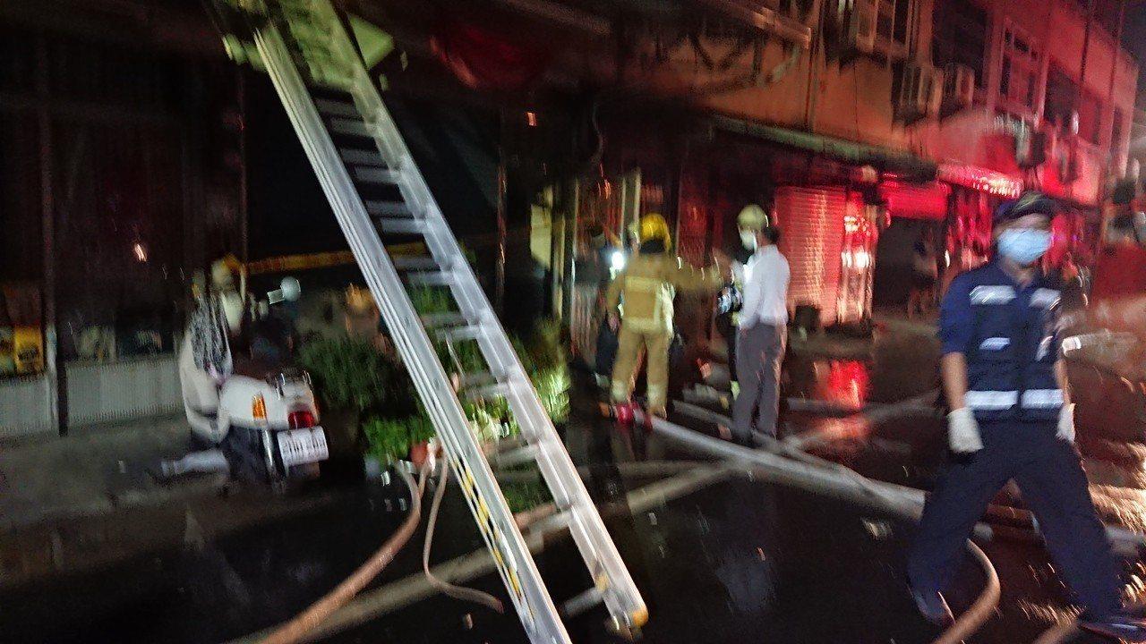 消防隊獲報到場,約10分鐘就撲滅火勢。記者卜敏正/攝影