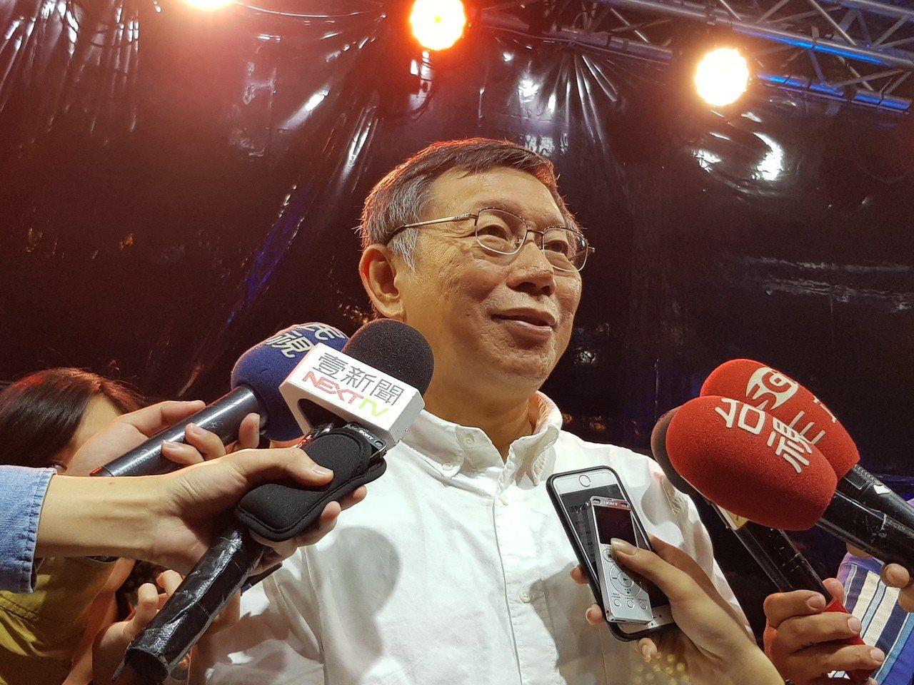 台北市長柯文哲今晚到關渡宮出席ICRT微光嘉年華並受訪。記者翁浩然/攝影