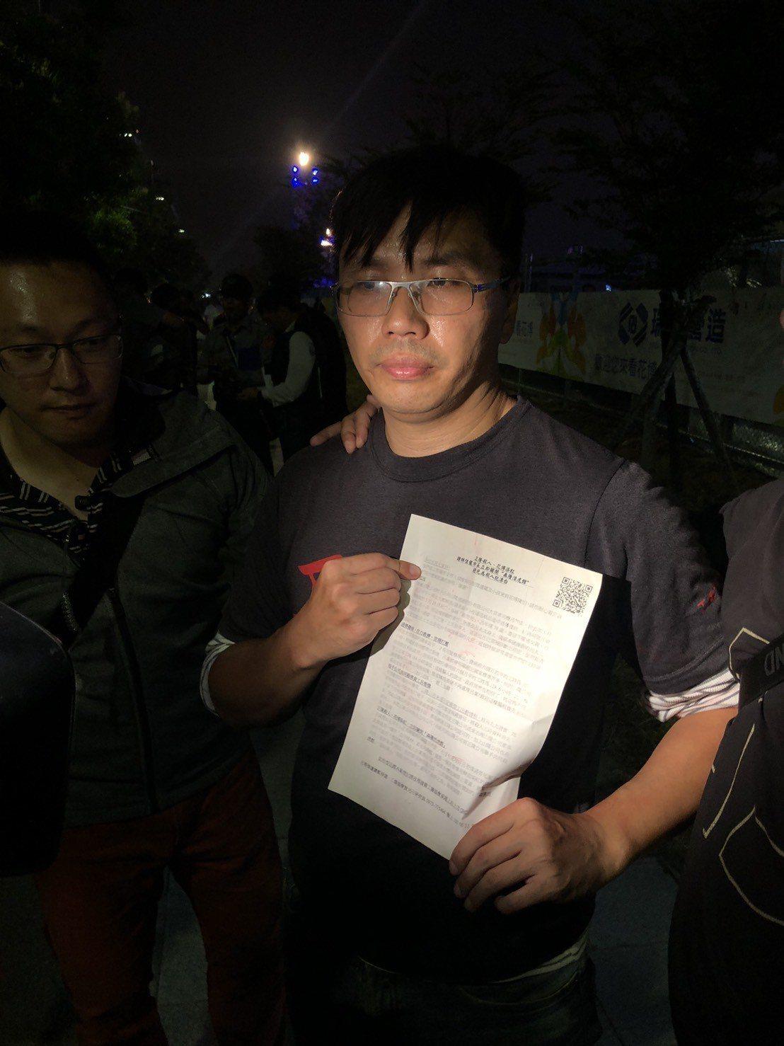 抗議者是工傷協會研究員賀光卍,他強調,自己是為后里一紙廠關係企業的員工呂智偉發聲...
