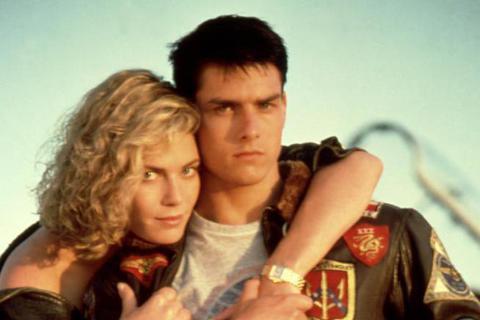 時隔32年才拍攝的「捍衛戰士2」,男主角湯姆克魯斯保養得宜、帥氣不減當年,被拍到重現首集中膾炙人口的騎重型機車、載女友出遊的丰采,然而他所搭載的女友,卻已成「大姐姐教官」凱莉麥姬莉絲,變成了小他8歲...