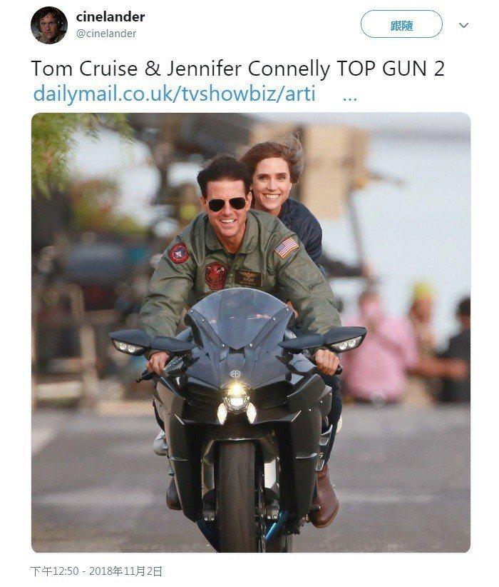 「捍衛戰士2」湯姆克魯斯再度騎重機,卻是載新女友珍妮佛康納莉。圖/摘自twitt...