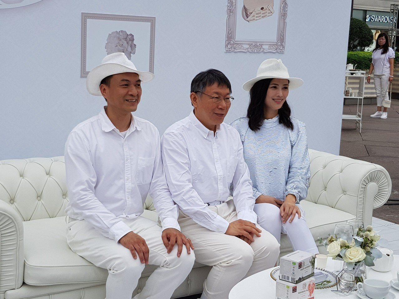 台北市長柯文哲(中)今天下午到台北101水舞廣場出席「台北國際白色野餐日」,為此...