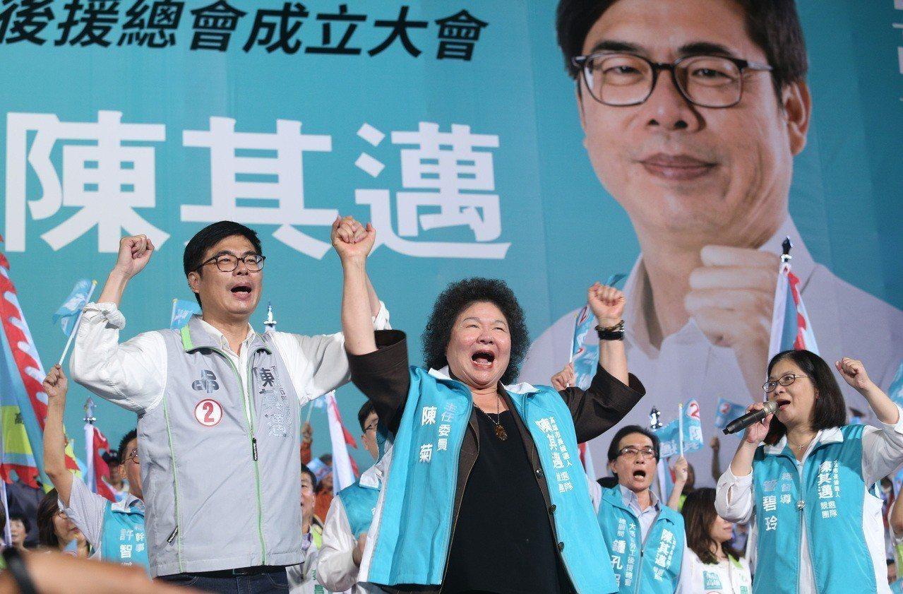 民進黨高雄市長候選人陳其邁(左)3號晚間舉行勞工後援造勢晚會,當場宣布將辭去不分...