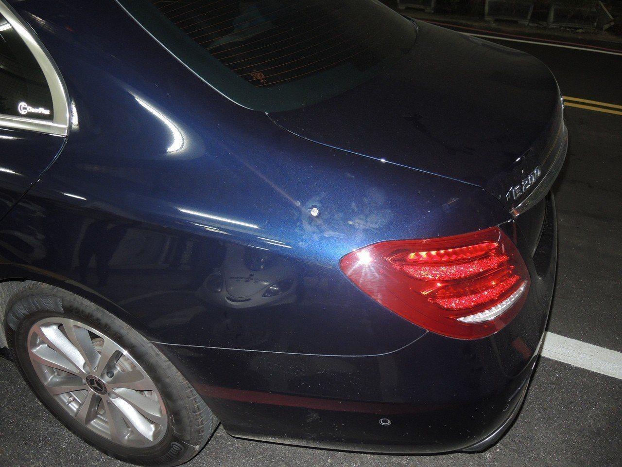 POKI林姓副總所使用的藍色賓士轎車,遭疑似槍擊。記者巫鴻瑋/翻攝