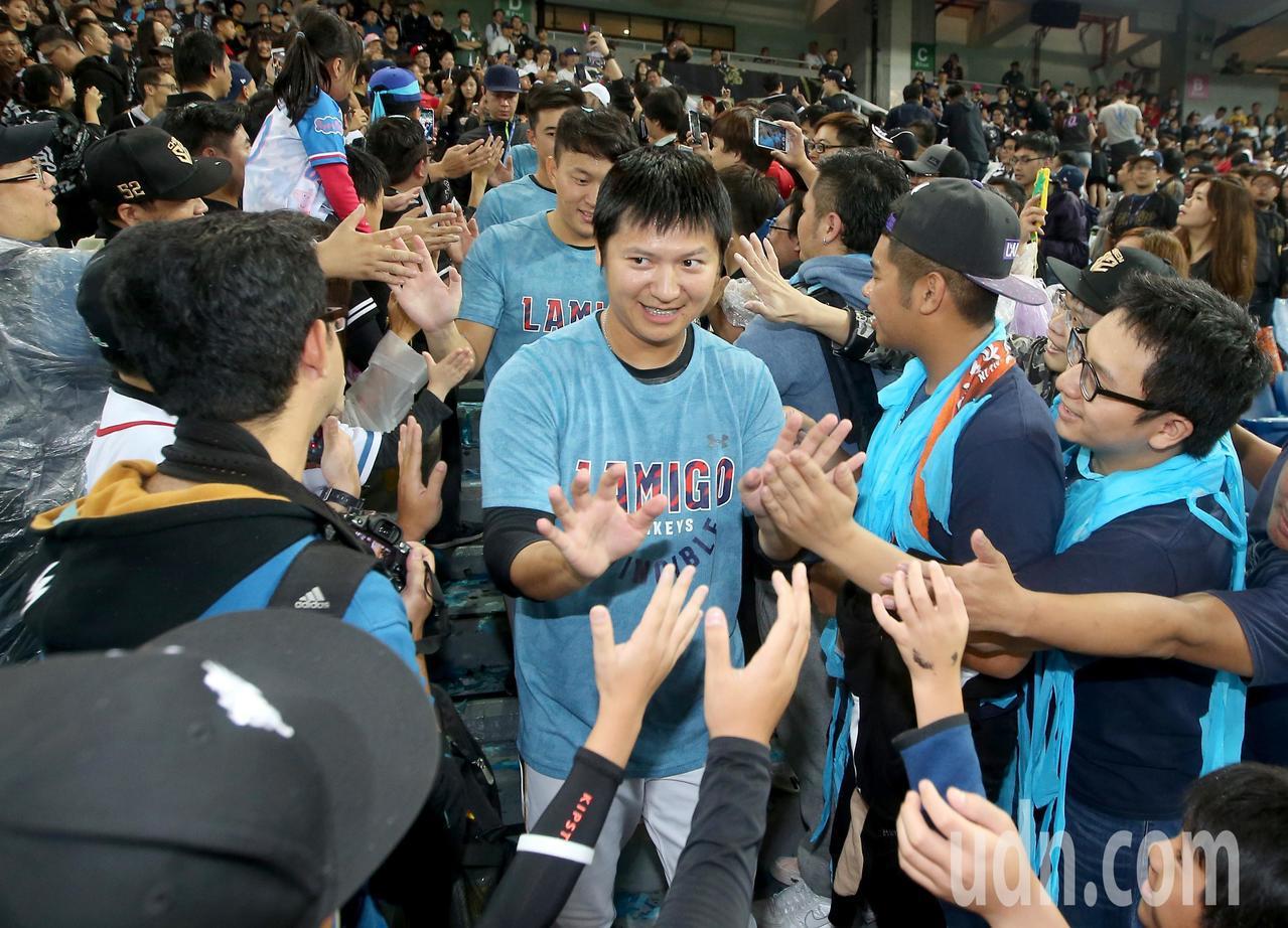 Lamigo桃猿完成二連霸,球員賽後到觀眾席與球迷擊掌慶祝。記者余承翰/攝影