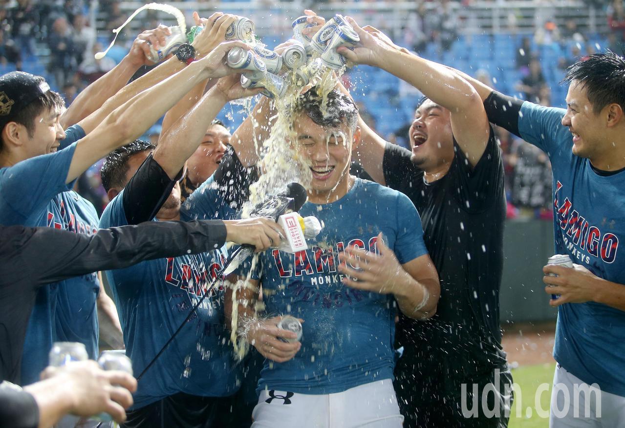 Lamigo桃猿完成二連霸,王柏融(中)被隊友噴香檳與啤酒慶祝。記者余承翰/攝影