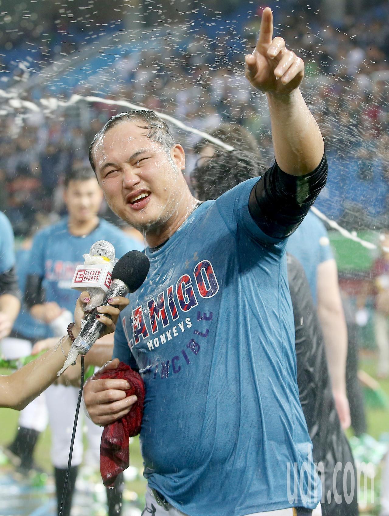 Lamigo桃猿完成二連霸,獲選總冠軍賽MVP的陳俊秀被隊友噴香檳與啤酒慶祝。記...